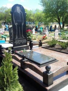 Цветник закрытый плитой для одинарного мужского памятника