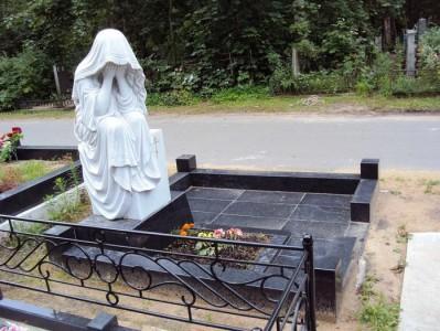 Памятник с гранитной оградой и скульптурой скорбящей матери