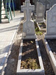 Памятник из мраморной крошки в виде креста