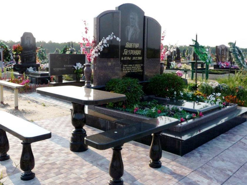 Мемориальный комплекс из черного гранита со столом и лавочкой