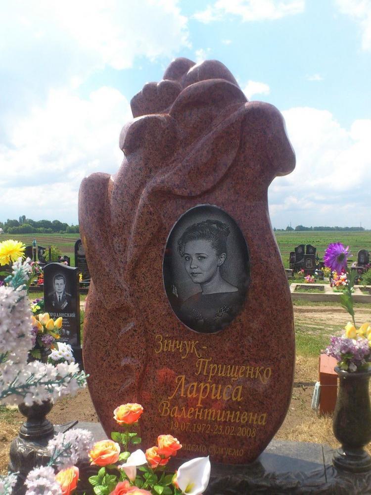 Памятник из красного гранита для девушки фото