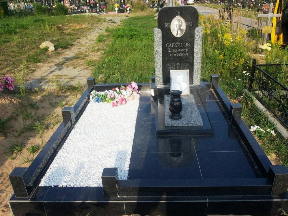 Одинарный памятник из черного головинского гранита