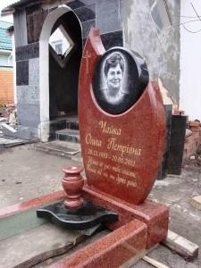Красный гранитный памятник с фигурной стеллой
