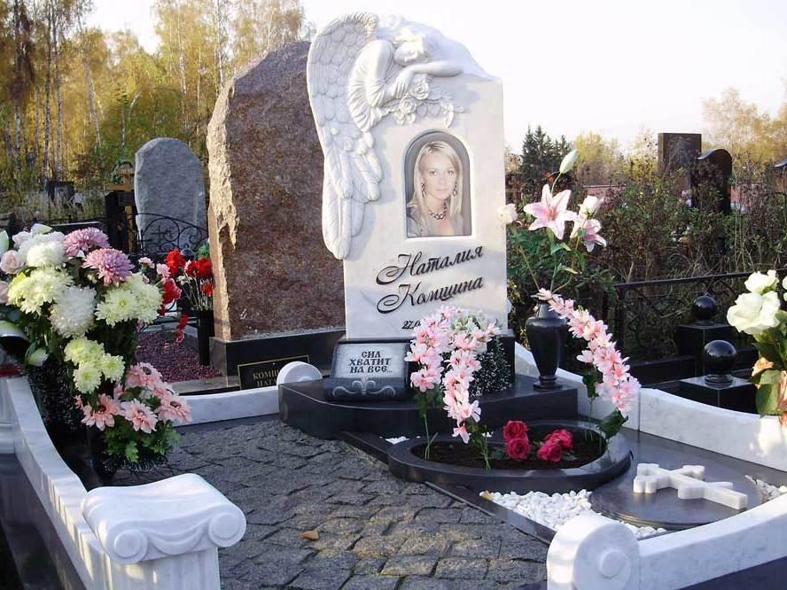 Памятник из гранита и мрамора на могилу девушки