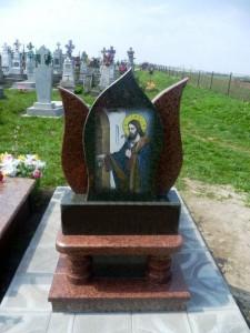 Резной гранитный памятник с гравировкой иконы
