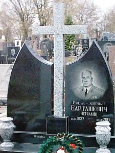 Черный гранитный памятник с серым резным крестом