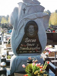 Одинарный серый памятник на могилу для женщины