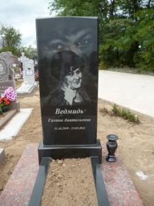 Памятник на могилу с черной стеллой