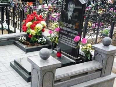 Мужской гранитный памятник черного и серого цвета
