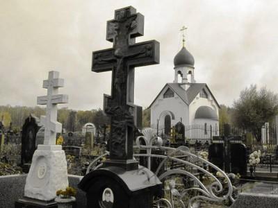 Черный надгробный памятник в виде креста