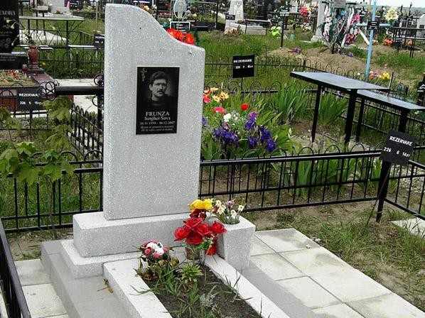 Серый памятник с открытым цветником для мужчины