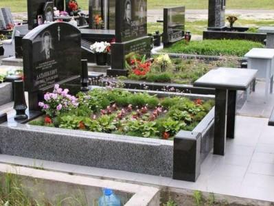 Памятник с открытым цветником и гранитной оградой