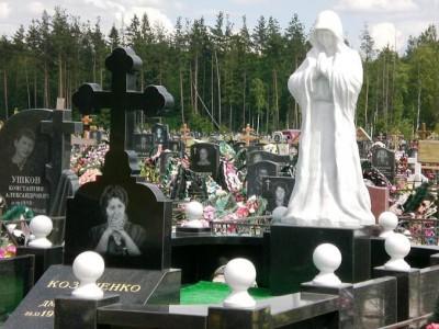 Женский гранитный памятник со скульптурой скорбящей матери