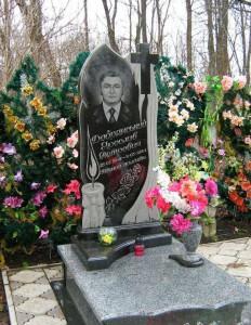 Памятник с резной свечой и закрытым цветником