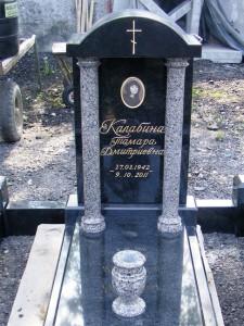 Надгробный памятник из серого и черного гранита