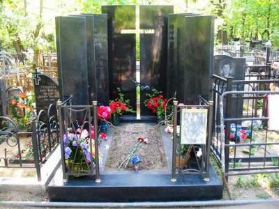 Современный гранитный памятник черного цвета