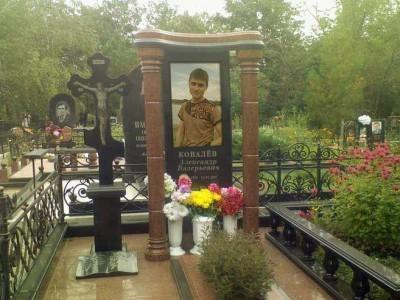 Элитный памятник с двумя колоннами для юноши