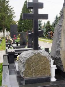 Памятник из обапола с гранитным крестом