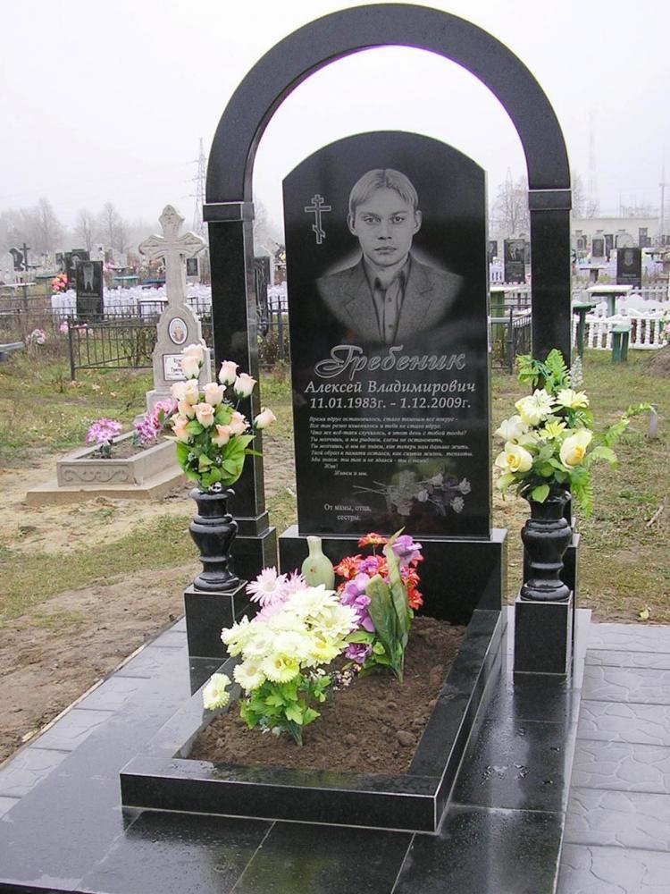 Памятник из букинского гранита для юноши