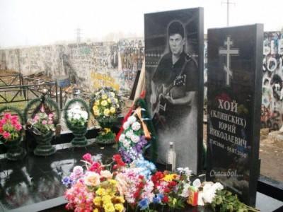 Элитный черный памятник на могилу музыканта