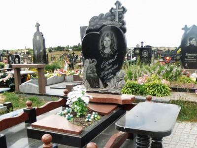 Резной надгробный памятник с розами для женщины