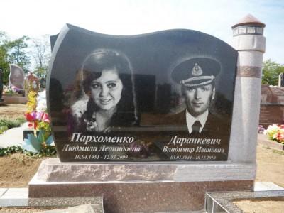 Памятник на могилу на двоих из черного и красного гранита