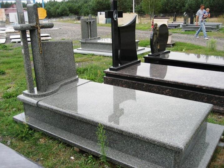 Одинарный надгробный памятник серого цвета