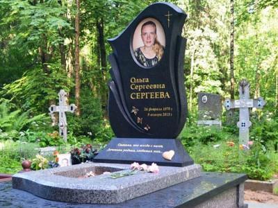 Черный гранитный памятник с серым открытым цветником