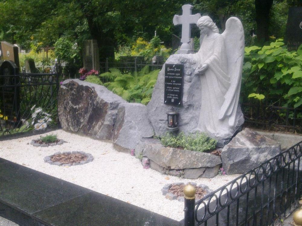 Памятник из серого гранита фото