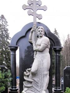 Гранитный памятник с колоннами и скульптурой