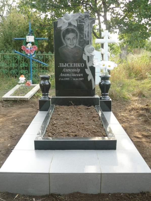 Гранитный памятник на могилу мальчика
