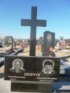 Памятник из гранита на две могилы с крестом