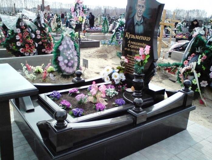 Фото памятника с гранитной вазой черного цвета