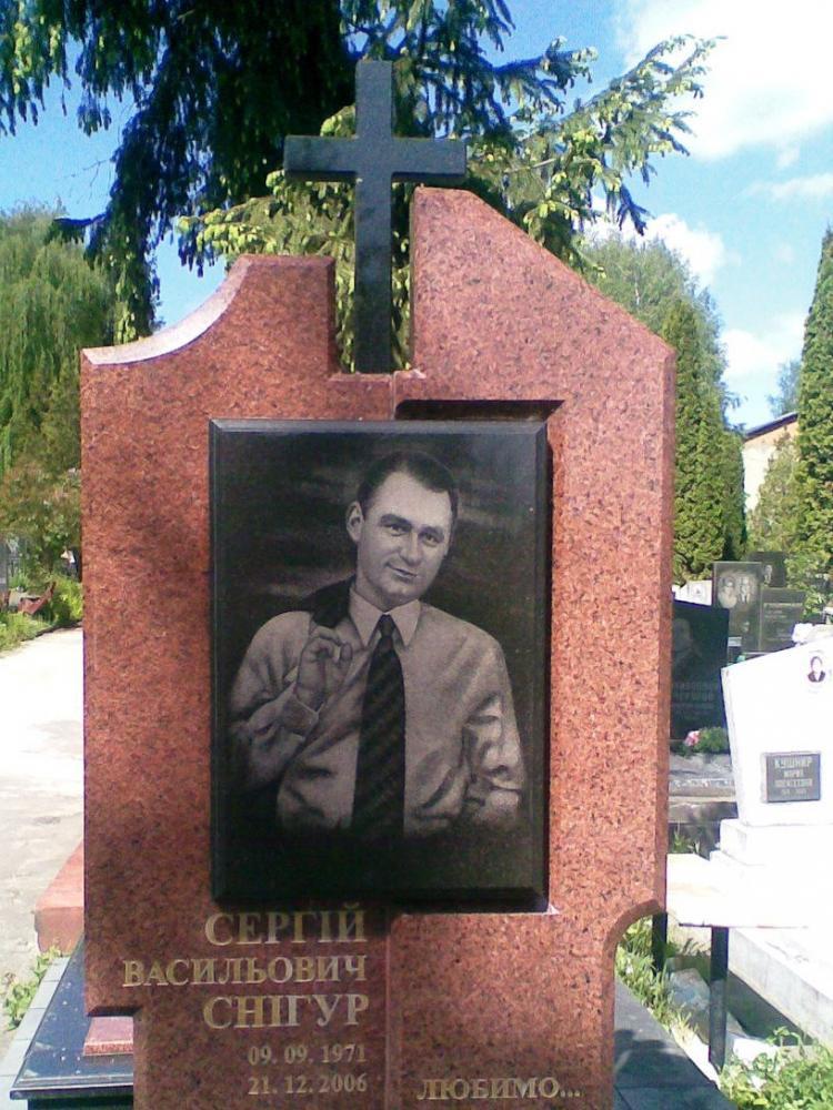 Памятник из токовского гранита с черным крестом