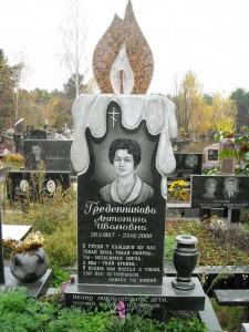 Одинарный женский памятник в виде свечи