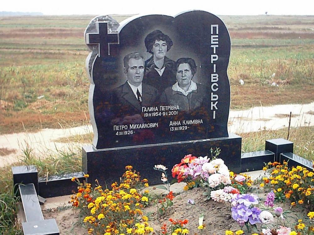 Резной гранитный памятник для троих