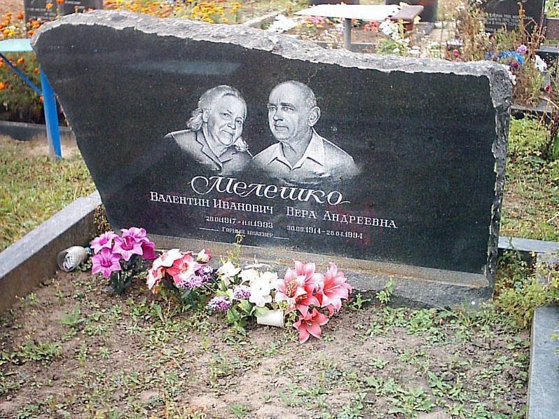 Двойной горизонтальный памятник из черного гранита