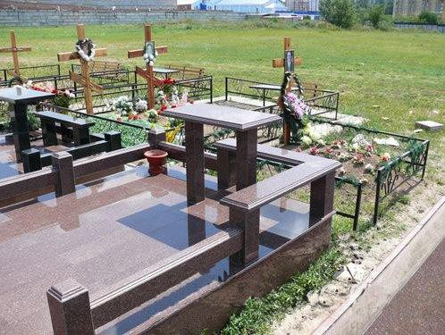 Розовый стол и лавочка для памятника из гранита