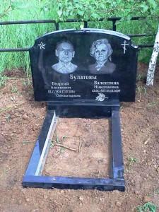 Черный семейный памятник из букинского гранита для двоих