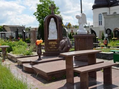 Красный надгробный комплекс