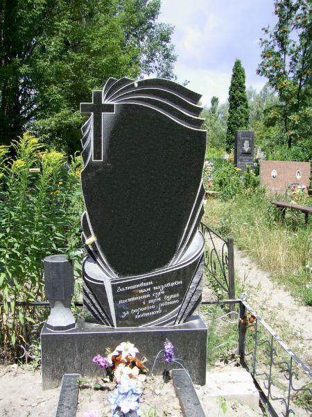 Резной памятник с лодкой для рыбака