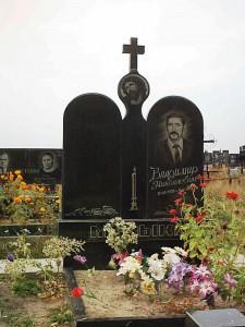 Черный гранитный памятник с крестом на стелле