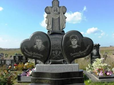 Эксклюзивный памятник в виде сердца с гравировкой свечи
