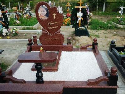 Открытый цветник для красного детского памятника