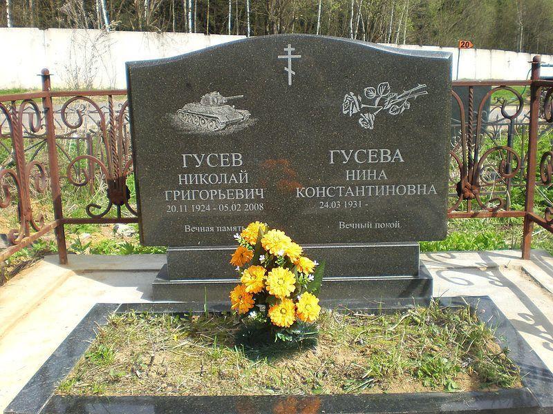 Двойной гранитный памятник с общим цветником