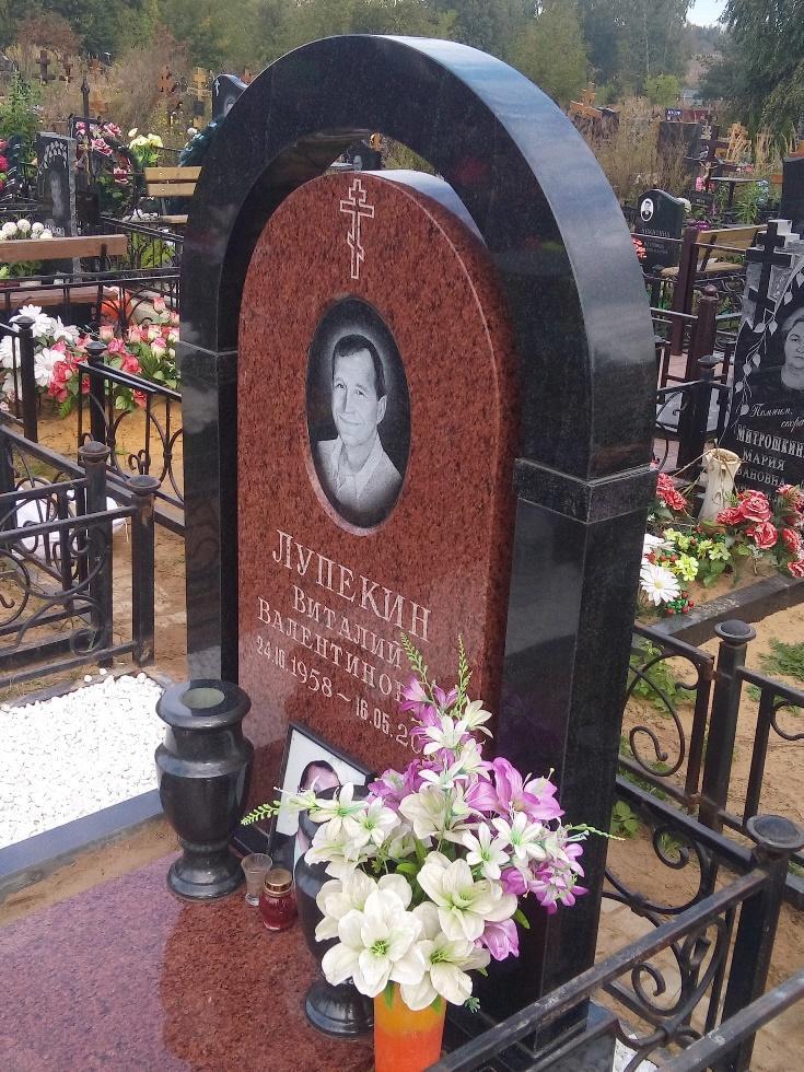 Памятник с аркой на могилу мужчины