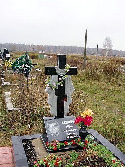 Надгробный памятник из гранита с крестом