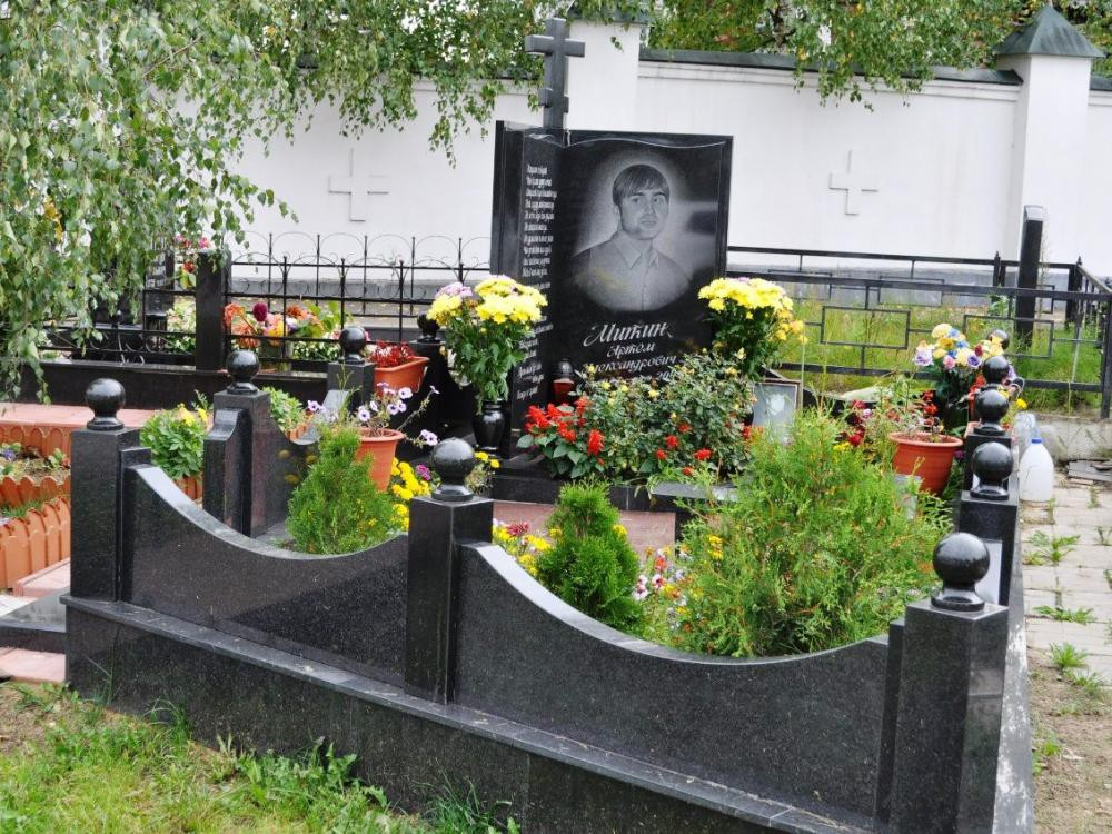 Фото гранитного памятника с гранитным ограждением