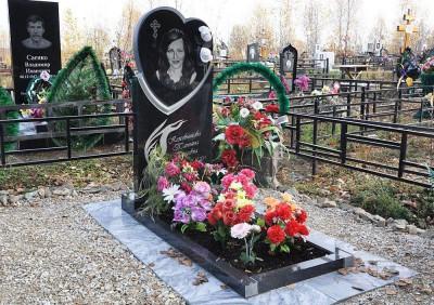 Одинарный надгробный памятник с открытым цветником фото