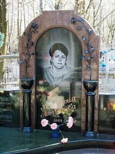 Гранитный памятник в виде арки для матери